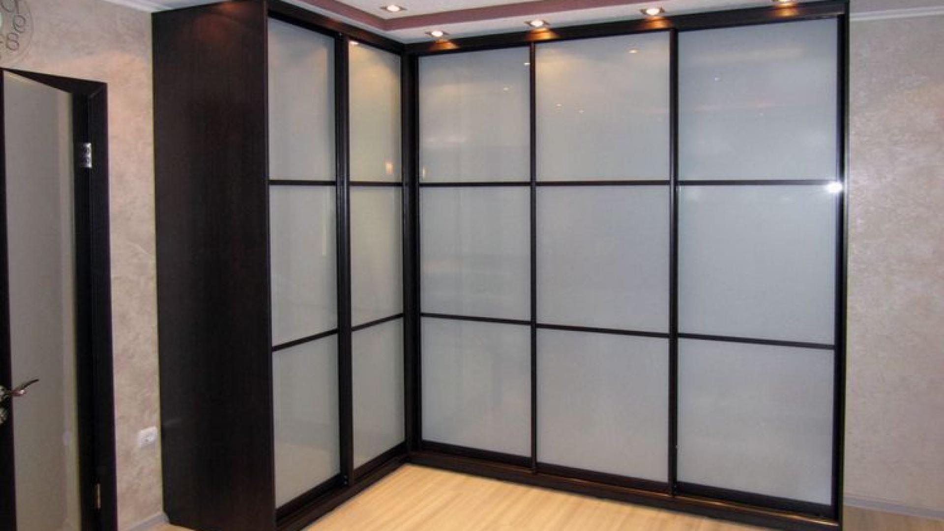 Угловые шкафы с матовым стеклом фото.